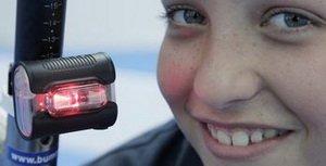 Sicherheit und Sichtbarkeit an Sporträdern bringt diese Batterieleuchte, die nach allen Seiten abstrahlt, und das dank Diodentechnik stromsparend und superhell Foto ADFC