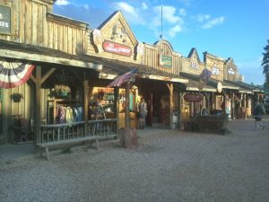 """Die """"Old Bryce Town Shops"""" im Besucherzentrum."""