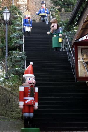 Holzmänner auf der Kirchtreppe 1
