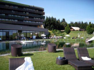 Außenbereich mit Blick aufs Hotel