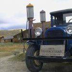 Alte Zapfsäulen und Fahrzeug aus den 20er Jahren in Bodie